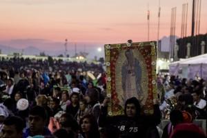 """CIUDAD DE MÉXICO, 11DICIEMBRE2016.- Miles de peregrinos continuaron su arribo a la Basílica d Guadalupe para conmemorar el 485 aniversario de la aparición de la figura religiosa en el cerro del Tepeyac. Los asistentes cargaban mantas, cuadros y coronas de flores para festejar a la """"Madre del Pueblo Mexicano"""".  FOTO: GALO CAÑAS /CUARTOSCURO.COM"""