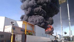 En Morelia incendio consume 2 fábricas en Ciudad Industrial