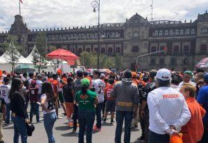 Protestan y arman tochito en el Zócalo de la CDMX