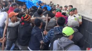 Manifestantes golpean con palos a policías de Palacio Nacional